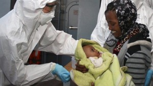 profughi-migranti-sbarco-pozzallo-donna-neonato-ansa