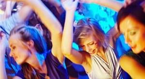 ragazze-che-ballano-in-una-discoteca-a-rodi
