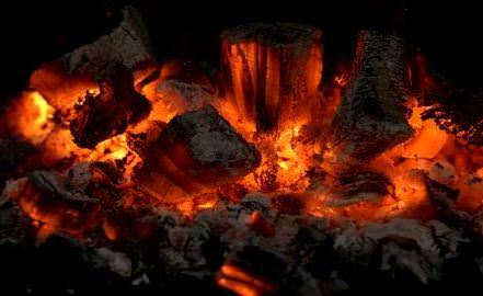 166973482-caminetto-carbone-fuoco-di-bivacco-brace