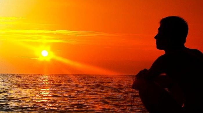 fede-sguardo-verso-il-tramonto
